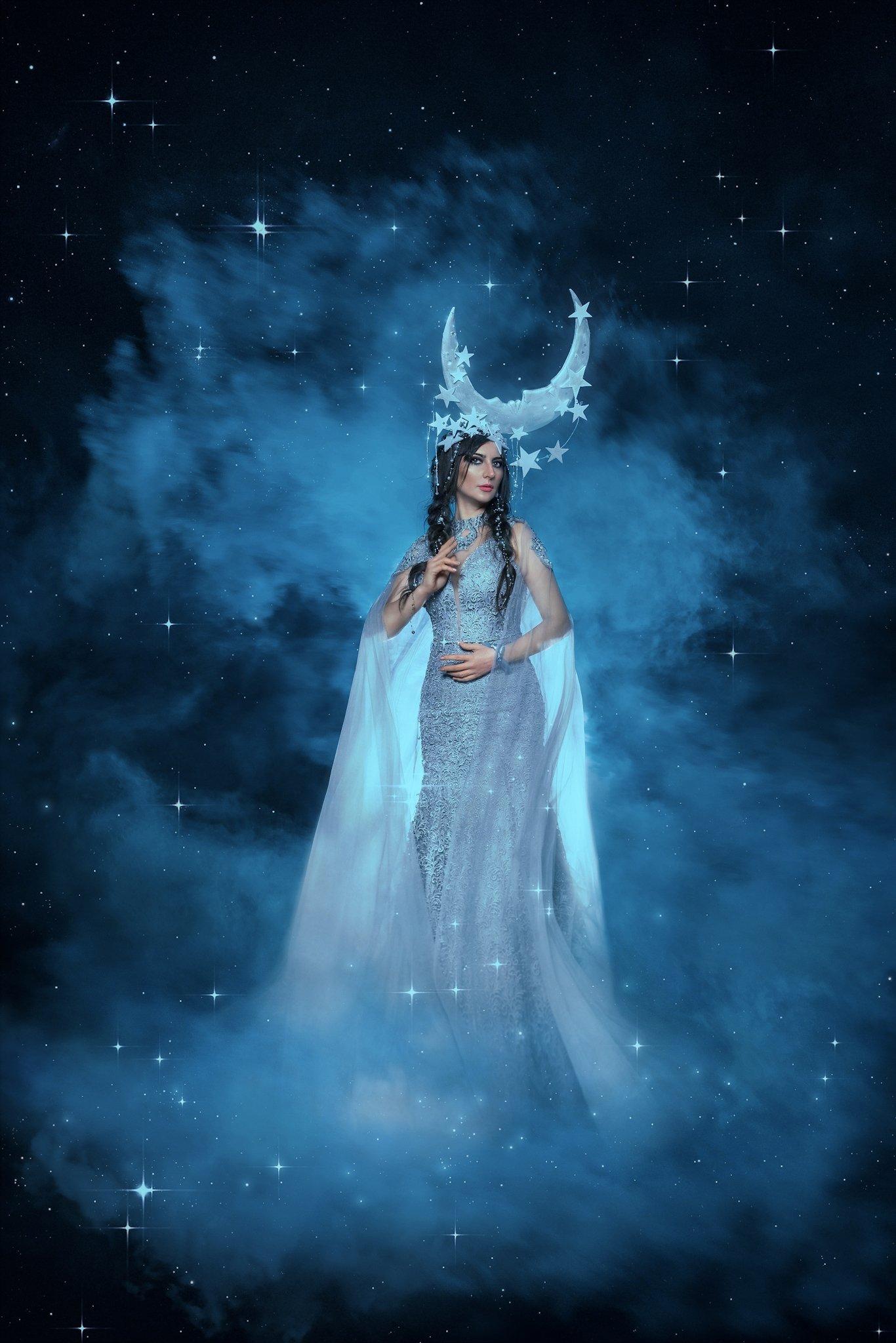 Луна, богиня, миф, сказка, история, волшебство, портрет, блёстки, голубой, синий, сияние, платье, нимб, нимфа, фея, Софья Ознобихина