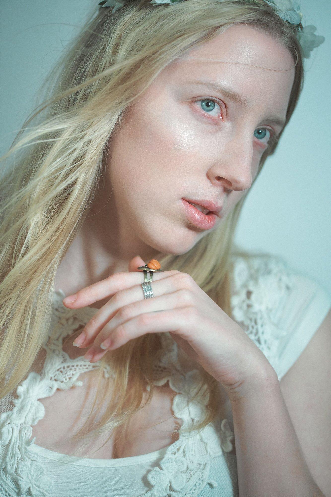 Портрет, зеленый, девушка, взгляд, рука, кисть, блонд, платье, юность, Михаил Землянский