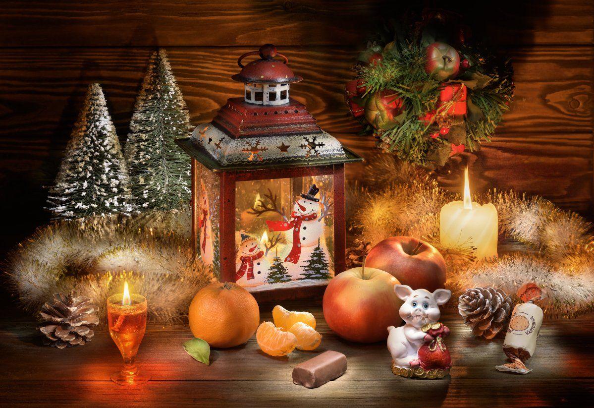 новый год, свечи, пламя, мандарины, мишура, праздник, год свиньи, яблоки, настроение, шишки, веселье, фонарь, снеговик, свинка, поздравление, открытка, Tom Fincher