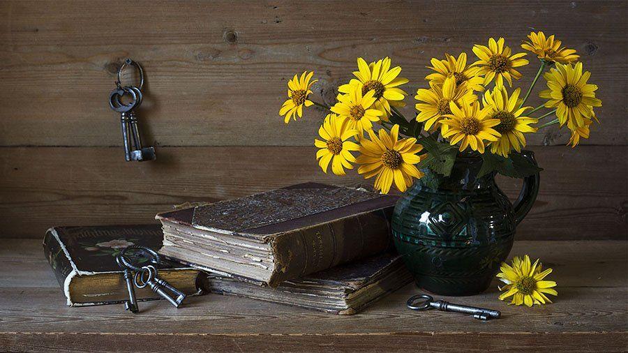 жёлтые цветы, кувшин, книги, ключи, Марина Кулакова
