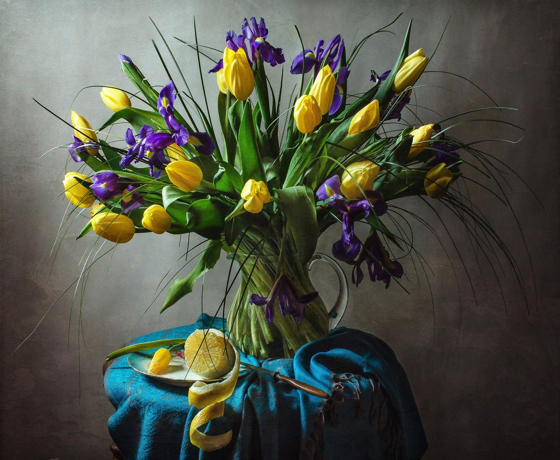 натюрморт, стекло, кувшин, цветы, ирисы, тюльпаны, лимон, Анна Петина