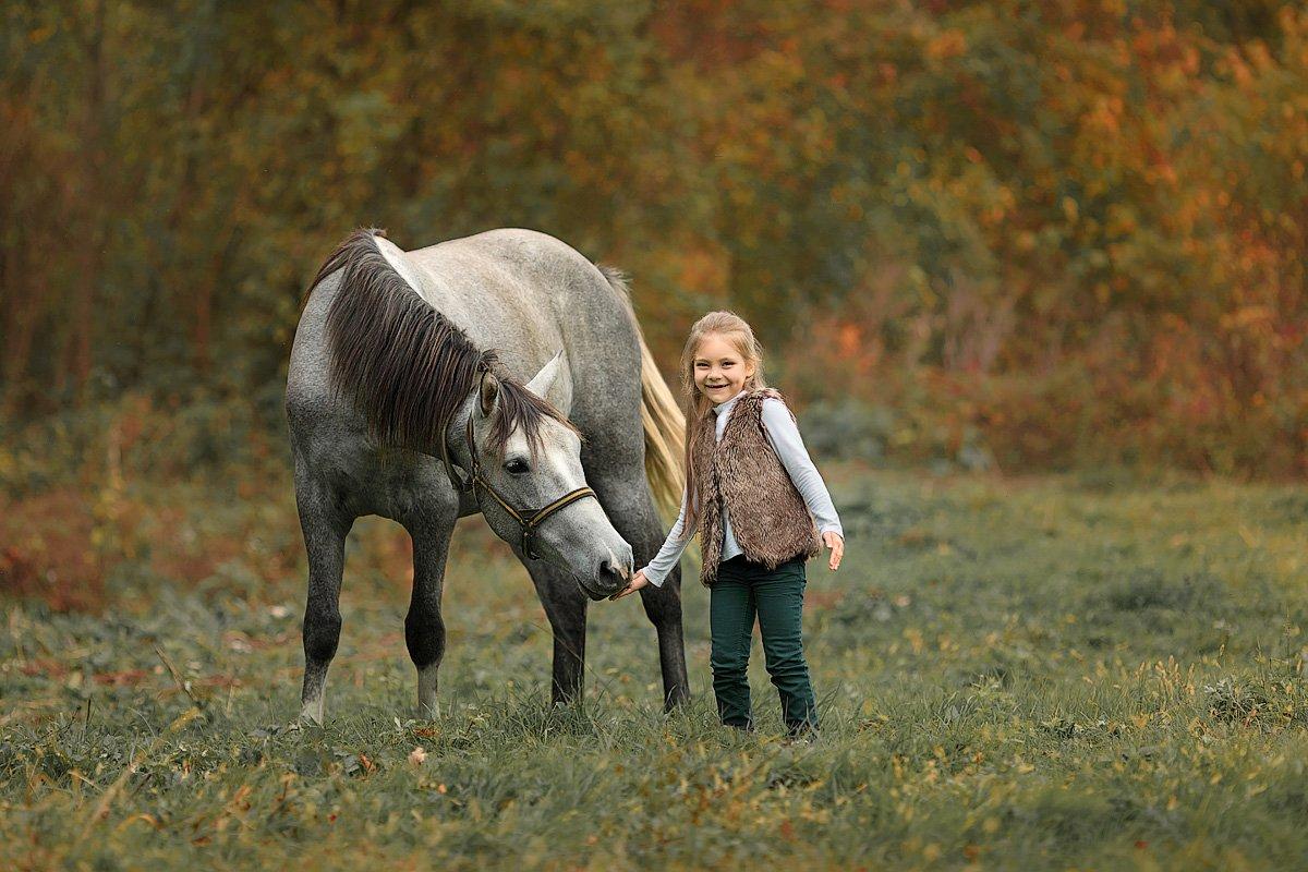 малышка, девочка, счастье, природа, тепло, осень, лошадка, фото с животными, детский и семейный фотограф, эмоции, радость, лес, деревья, солнышко, детская радость, Францева Ольга