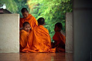 Молодые монахи в храме.