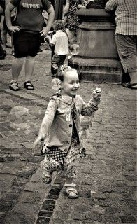 Девочка с пирожком в руке и мыльным пузырем на ухе...