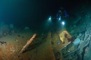 Остатки рубки подводной лодки. Подо льдом.