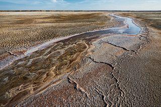 Горькая речка течёт по пересохшему дну озера Баскунчак.