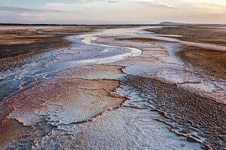 Вид на гору Большое Богдо (149,6м) от места впадения Горькой речки в Баскунчак. По берегам и на отмелях кристаллизуется соль. Различные оттенки оранжево – бурого цвета обусловлены содержанием железа.