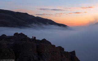Фотограф снимает рассвет над каньоном реки Гудиалчай