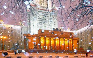 С Новым годом! Снегопад в МГУ.