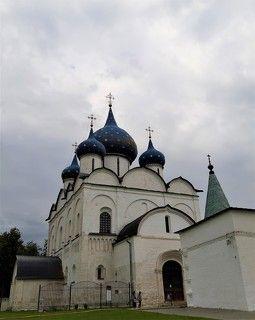 Суздаль .Богоро́дице-Рожде́ственский собо́р — православный храм Владимирской и Суздальской епархии, расположенный на территории Суздальского кремля, один из интереснейших памятников древнерусского зодчества.