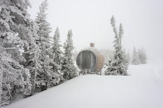 01 Давно вывел для себя, что Шерегеш год разный. А в этом году ещё и противоречивый. Многих порадовала нехарактерная для декабря в Сибири теплая солнечная погода, а меня – перемена погоды, ветер и снегопад.