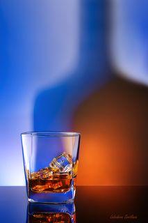 С бокалом виски и льдом