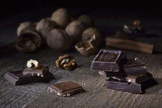 Натюрморт с шоколадом и орехами.