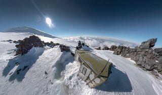 забитый по самую снегом кунг на Верхних Скалах Ленца (4800)