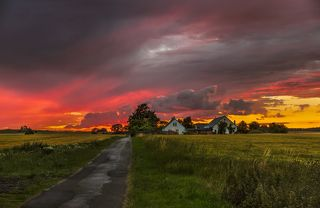 Пламенный закат в деревне Лисбю.