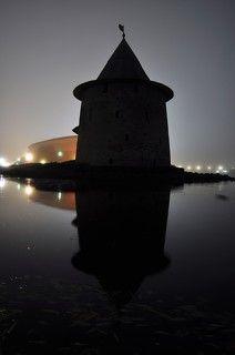 Туман окутал Псковский Кром  крепостные стены окольного города.