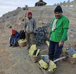 Рабочие, переносящие серу. Вес груза от 60 до 80 кг.