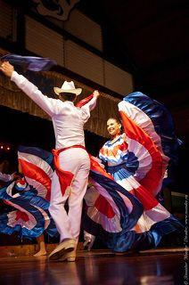 Танцуют все! И как танцуют! Правду говорят что латинские женщины танцем сводят мужчин с ума.