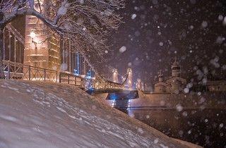 Декабрьский вечер. Цепные мосты через Великую в Острове — единственные цепные транспортные мосты середины XIX века, сохранившиеся в России.