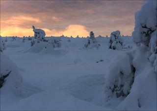 Пылающие облака за горой