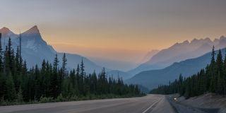 Дорога убегающая вниз в закатную дымку дороги ледников