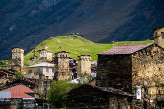 Ушгули относится к самым высокогорным поселениям Европы (2200 метров над уровнем моря). Здесь постоянно проживают около 70-ти семей (примерно 200 человек).