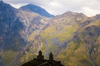 Гергети (церковь Пресвятой Троицы) расположена на высоте  2170 метров над уровнем моря у подножия Казбека - одной из самых высоких вершин Кавказа.