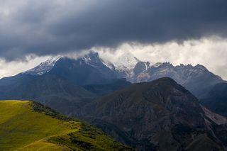 Казбек в облаках (5033 метра над уровнем моря). Любопытно, что эта гора является спящим стратовулканом. В последний раз он извергался в 650 году до нашей эры.