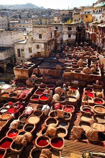 В Фесе выделывают кожи уже более 1000 лет, и в течение всего этого времени более 40 поколений кожевников передают младшим секреты дубления, отделки и окраски кожи.
