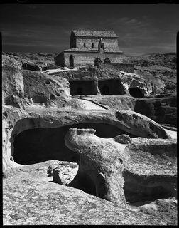 Древнейший пещерный город Грузии Уплис-цихе, некоторое время бывший ее столицей. В период расцвета включал более семиста пещер и сооружений. Окончательно был покинут людьми в девятнадцатом веке.