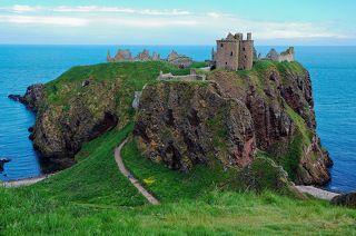 Шотландский замок Даннотар стоит на высоком обрыве, на побережье Северного Моря.