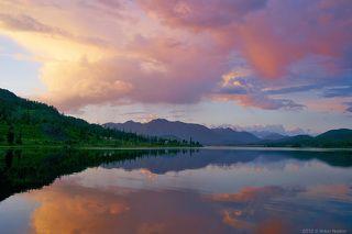 Озеро Язевое находится на северной границе восточного Казахстана (виднеющаяся влали гора Белуха - уже российская территория) на высоте 1685 м. над уровнем моря. Имеет протяженность около 3 км. и среднюю глубину 6-7 м. Свое название приобрело не случайно - это единственное озеро в округе, где удачливый рыбак может вытянуть язя весом до 3-х кг. Язевое вполне пригодно для купания в летние месяцы и в последнее время набирает популярность среди любителей отдыха на свежем горном воздухе :)