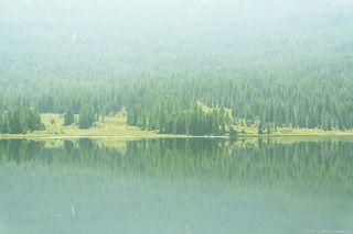 Утренняя дымка и безупречная гладь озера порождают удивительно нежные сочетания форм и красок.
