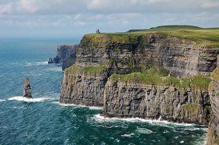 Утёсы Мохер (Cliffs of Moher) - каменная гряда высотой от 120 до 214 метров, протянувшаяся на 8 км вдоль побережья Атлантического океана в графстве Клэр в Ирландии.