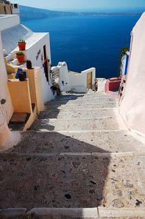 ...здесь и лестницы, спускающиеся к морю,