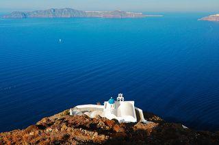 Каких только куполов нет у церквей острова Санторини. Но все они будут неизменно бело - синего цвета. Убедитесь сами :-)