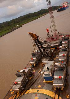 а это паровозики, которые ждут кораблики, чтобы протащить их через канал