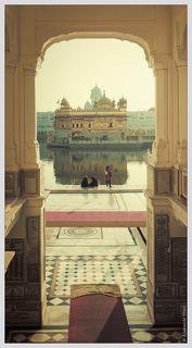 Сикхизм - молодая религия. Ее основатель Гуру Нанак создал ее в 15 веке, объединив черты индуизма и ислама. Сикхи живут в Индии в основном в штатах Пенджаб и Харьяна. Сикхи проповедуют любовь и братские отношения ко всем людям на Земле независимо от происхождения.  Бог рассматривается в двух аспектах — как Ниргун (Абсолют) и как Саргун (персональный Бог внутри каждого из людей). До Творения Бог существовал как Абсолют сам по себе, но в процессе Творения он выразил себя. До Творения не было ничего — ни рая, ни ада, ни трёх миров — только Бесформенное. Когда Бог захотел выразить себя (как Саргун), он сначала нашёл свое выражение через Имя, и через Имя появилась Природа, в которой Бог растворен и присутствует везде и распространяется во всех направлениях, как Любовь. Форма поклонения Богу в сикхизме — медитация. Никакие другие божества, демоны, духи, согласно религии сикхов, не достойны поклонения. (http://ru.wikipedia.org/wiki/%D0%A1%D0%B8%D0%BA%D1%85%D0%B8%D0%B7%D0%BC)