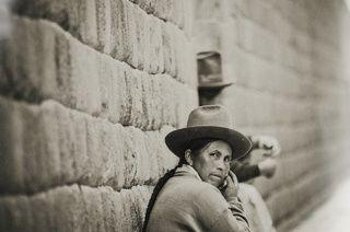 vendedora de souvenirs para los turistas.  This is real original Inca wall.