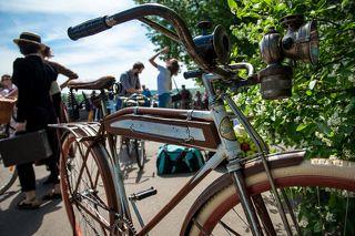 Полностью ручная сборка.Велосипед собран из совершенно разныйх велосипедов: Рама 30-х годов, ведущая звездочка 1918 года (стоит клеймо), обода итальянские, деревянные, фонарь масляный ... Полное творчество!