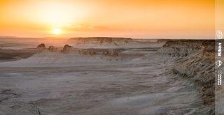 Боз-Жира можно перевести с казахского примерно как Блёклая Лощина. Действительно, в основном тут белёсые утёсы (отложения мелового периода - обнаженное дно древнего моря Тетис) и минимум растительнности серовато-зеленого цвета.