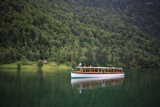 Прогулочный катер. У него два маршрута к церкви святого Варфоломея и к озеру Оберзее.