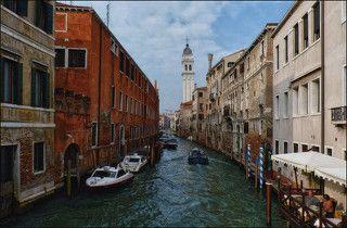 колокольня на самом деле падает...оказывается в Италии помимо Пизанской башни полно падающих башень и колоколен