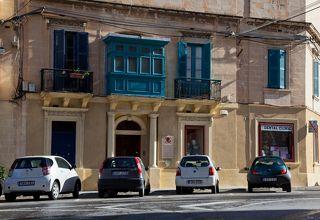 Отличительная черта городков Мальты - балкончики и много-много машин