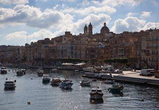 Городки Мальты уютно расположились вокруг  многочисленных бухточек...