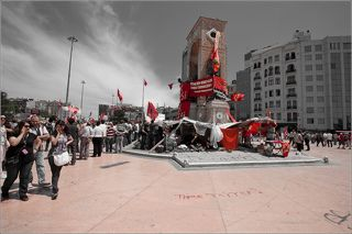 в прошлом году в Стамбуле бурно протестовали против сноса парка Гези. на площади Таксим все увешано кумачом. Че, Ленин, Маркс.