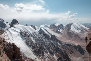 Вид на ледник и пик Маяквоского. Ледники Молодежный и Туюксу.