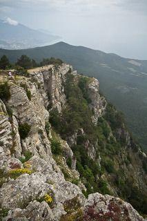 Вид с Ай-Петри. На горизонте видно гору Аю-Даг