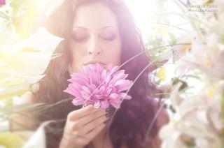 Студийный портет с цветами