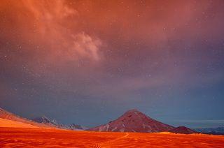 Земля и небо Марса. Свет от извержения вулкана Плоский Толбачик раскрашивает ночной пейзаж в красный цвет